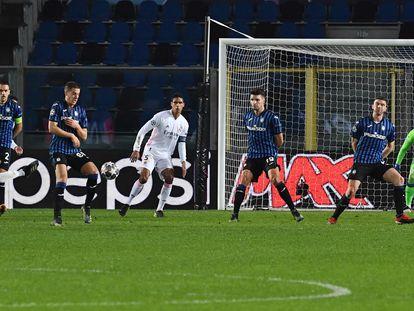 Mendy dispara para marcar su gol ante el Atalante este miércoles en Bérgamo.