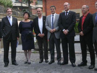 El lehendakari vasco, Patxi López (en el centro), y el consejero delegado de PRISA, Juan Luis Cebrián (segundo por la izquierda), junto a otros miembros del Gobierno vasco y de la Universidad del País Vasco.