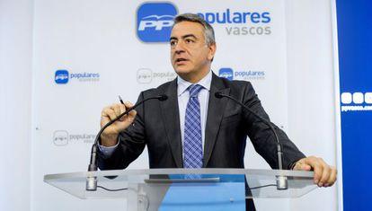 El diputado general de Álava y secretario general del PP en este territorio, Javier de Andrés, ayer, en rueda de prensa.
