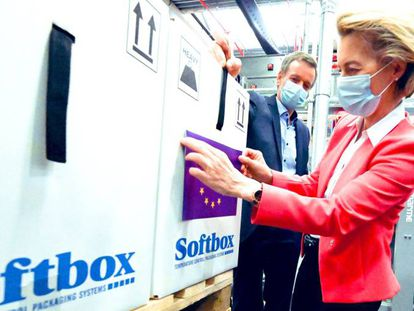 Ursula von der Leyen, presidenta de la Comisión Europea, durante su visita la planta de la farmacéutica Pfizer, el 23 de abril.