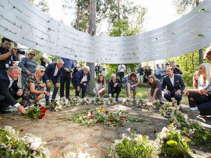 Homenaje de las autoridades noruegas para recordar a las 77 víctimas del doble atentado de hace 10 años, este jueves en el memorial levantado en la isla de Utoya.