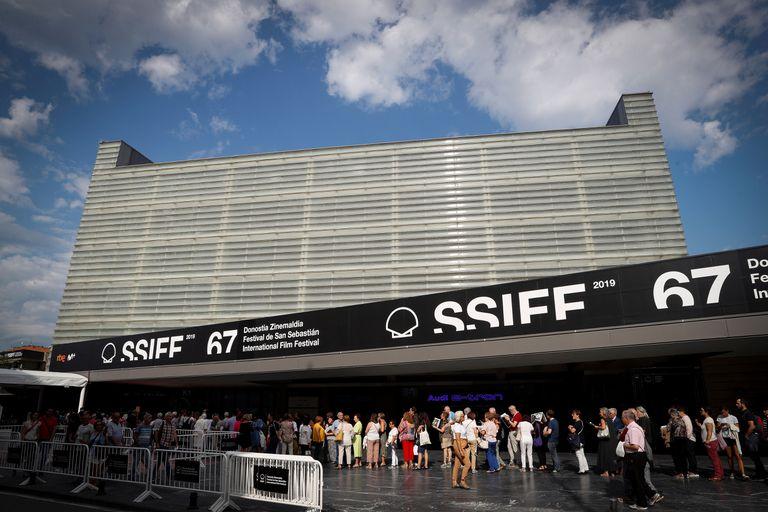 Colas para acceder a una proyección en el auditorio Kursaal, el pasado septiembre, en el festival de San Sebastián.