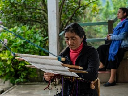 Antonia Sántiz López trabaja en un telar de cintura en su casa en el municipio de Tenejapa, en Chiapas. En el video, artesanas indígenas hablan sobre apropiación cultural.