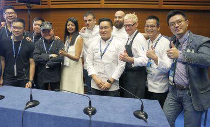 Cocineros que trabajan en restaurantes de Singapur, durante el congreso San Sebastián Gastronomika.