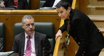 La portavoz de EH Bildu, Jone Goirizelaia charla con el lehendakari, Íñigo Urkullu en la Cámara de Vitoria.