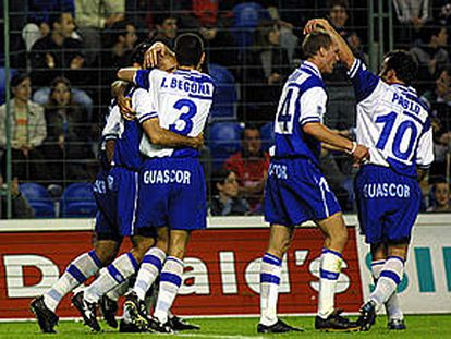 Begoña felicita a Karmona, el autor del gol que mete al Alavés en la Copa de la UEFA.