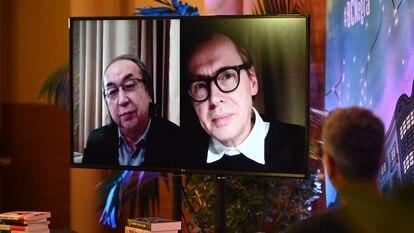 Los escritores Hideo Yokoyama y David Peace, durante su intervención en el festival BCNegra.