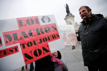 Manifestantes protestan en París ante los planes de Macron de reforma laboral