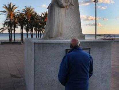 Escultura en homenaje al doctor José María Esquerdo, junto al mar en La Vila Joiosa.
