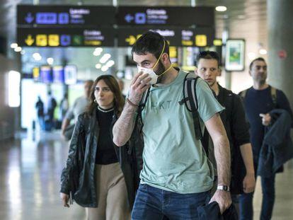 Un joven pasajero con mascarilla del vuelo procedente de Milán a su llegada a Valencia este miércoles.