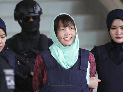 Doan Thi Huong, acusada de matar al hermano de Kim Jong-un, sale este lunes del tribunal malasio tras conocer su condena.