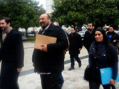 Sinaí Giménez (en el centro) ayer antes de declarar ante el fiscal, en la sede del Tribunal Superior de Xustiza, en A Coruña.