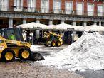 Dos máquinas excavadoras continúan con las tareas de limpieza de calles tras la gran nevada provocada por la borrasca 'Filomena', en la Plaza Mayor, Madrid (España), a 20 de enero de 2021. 'Filomena' dejó paso ayer al temporal de lluvias 'Gaetán' que complica esas labores de limpieza. 20 ENERO 2021;LLUVIA;TEMPORAL;NIEVE;FRÍO Óscar Cañas / Europa Press 20/01/2021