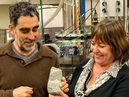 Allen Nutman y Vickie Bennett sostienen un ejemplar de los supuestos estromatolitos en una foto de archivo.
