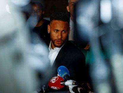 Neymar Jr., a su salida de la Comisaría de Defensa de la Mujer en São Paulo.