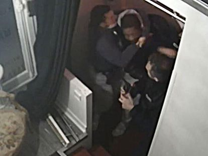 Fotograma de la grabación de tres policías golpeando al productor musical Michel Zecler en su estudio.