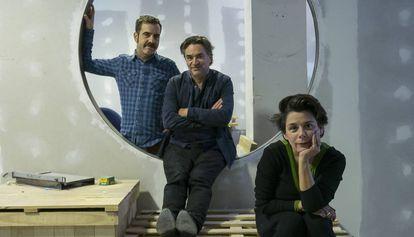 El artista Jordi Colomer ( centro), junto a Carolina Olivares y Eduard Escoffet, en el nuevo espacio La Infinita, en L'Hospitalet de Llobregat.