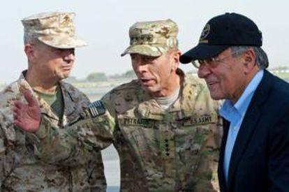Los generales John Allen y David H. Petraeus junto al secretario de Defensa, Leon Panetta.