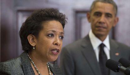 El presidente Obama escucha el discurso de la nueva Fiscal General, Loretta Lynch.