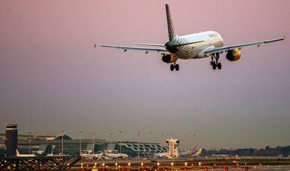 Un avión de Vueling toma tierra en el aeropuerto de Barcelona-El Prat.