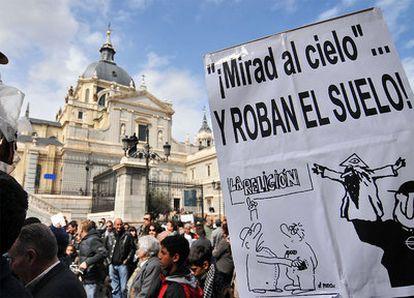 Manifestación de vecinos contra el plan del arzobispado de construir un <i>mini-Vaticano</i> en Las Vistillas.