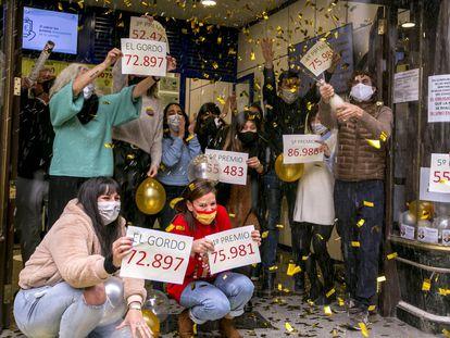 Trabajadores de la administración de lotería Doña Manolita de Madrid, celebran el Gordo.