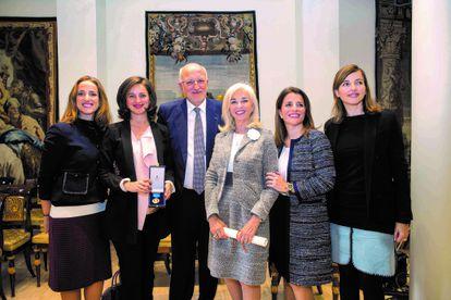 El matrimonio Juan Roig y Hortensia Herrero (en el centro), con sus hijas (de izquierda a derecha) Juana, Amparo y las mellizas Hortensia y Carolina, en la entrega al empresario de la medalla de oro al mérito en el trabajo, en Madrid en 2016, en una imagen de Mercadona.