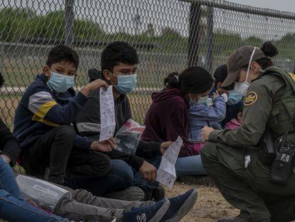 Menores no acompañados son registrados por agentes de la patrulla fronteriza en la comunidad de La Joya, Texas.