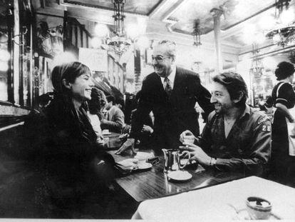 Serge Gainsbourg y su esposa, Jane Birkin, en el restaurante Lipp de París. De pie, Roger Cazes, dueño del famoso restaurante parisino.