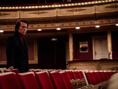 Raphael en el Teatro de la Zarzuela de Madrid, lugar en el que debutó, en un momento de la serie documental.