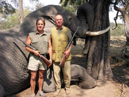 El rey Juan Carlos posa con otro cazador delante de un elefante abatido en Botsuana en 2006, en una fotografía publicada por la web de la compañía Rann Safaris.   Foto: Rann Safaris