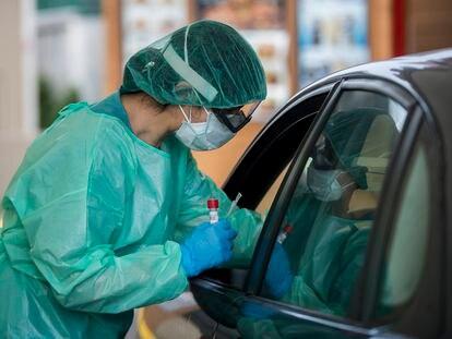 Prueba del coronavirus en el exterior del Complejo Hospitalario Universitario A Coruña.