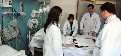 Médicos en prácticas en el Hospital Reina Sofía de Córdoba.