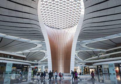 Interior del aeropuerto de Daxing, diseñado por Zaha Hadid.