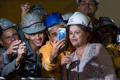 Rousseff posa con trabajadores del metro de Sao Paulo