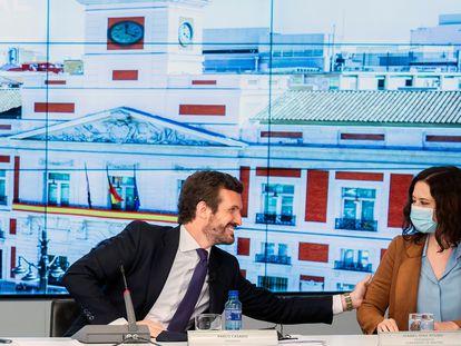 El líder del PP, Pablo Casado, saluda a la presidenta madrileña, Isabel Díaz Ayuso, en la Junta Directiva Nacional.