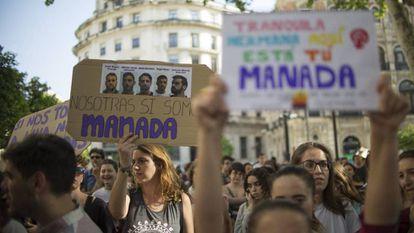 Concentración en protesta por la primera sentencia a los miembros de La Manada, en Sevilla en 2018.