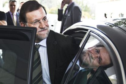 El presidente del Gobierno Mariano Rajoy sube a un coche tras un acto público en Antequera