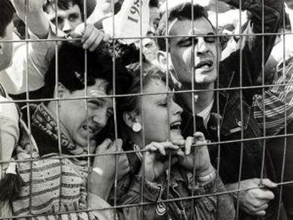 Varios aficionados, empujados contra las vallas, el día de la tragedia