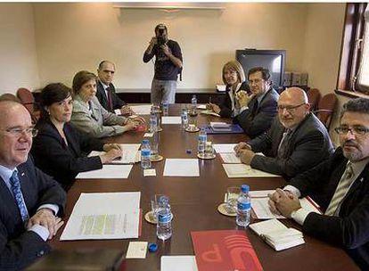 El consejero Huguet (segundo por la derecha) en una reunión con los rectores.