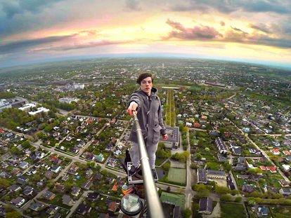 Ervin Punkar se hace un selfi sobre una torre de televisión en Tartu (Estonia).