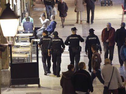 Agentes de la Ertzaintza patrullan las calles del País Vasco.