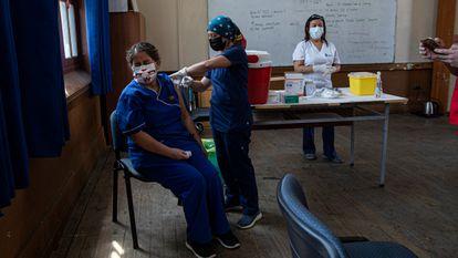 Una profesora recibe la vacuna contra la covid-19 el 15 de febrero en Santiago de Chile.