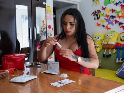 Bryanna Nicole Camey, una mujer transgénero, prepara una prueba de autoevaluación de VIH en casa. Cuando la covid-19 llegó a Guatemala, el centro de salud comunitario donde Bryanna se hacía la prueba del VIH cerró sus puertas.