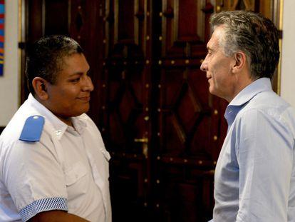 El policía Luis Chocobar saluda al entonces presidente de Argentina, Mauricio Macri, el 1 de febrero de 2018.