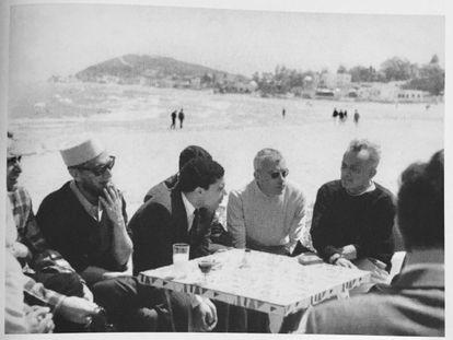 Carlos Barral y Gabriel Ferrater en Túnez en 1967.