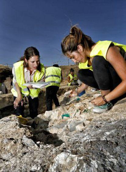 Dos arqueólogas, en el yacimiento de Vicálvaro.