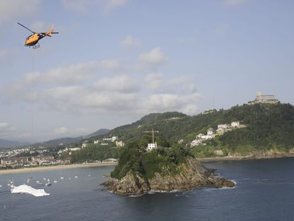 Un helicóptero transporta este martes una pieza de la obra escultórica de Cristina Iglesias a la isla Santa Clara de San Sebastián.