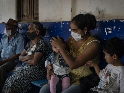 Habitantes de Petatlán, Guerrero, esperan atención médica en la clínica del lugar, la cual no ha tenido personal sanitario desde hace dos años.