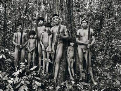 Varones de la tribu de los awá, en su hábitat natural al noreste de Brasil, en plena Amazonia. Los integrantes de este grupo indígena son principalmente cazadores-recolectores y horticultores nómadas.